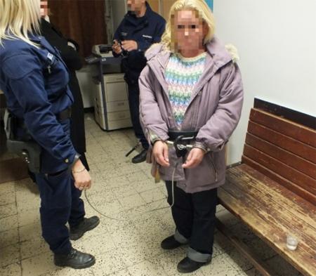 Bántalmazott és kirabolt egy idős férfit egy nő Vácon