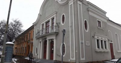 Az új városvezetés hatalomba kerülésével azonnal hadat üzent a Dunakanyar Színháznak