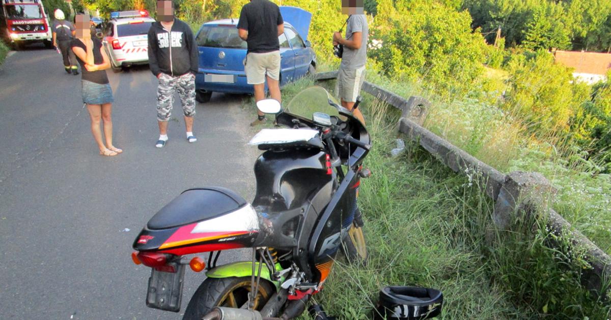 Motorkerékpáros és egy személygépkocsi ütközött Vác határában