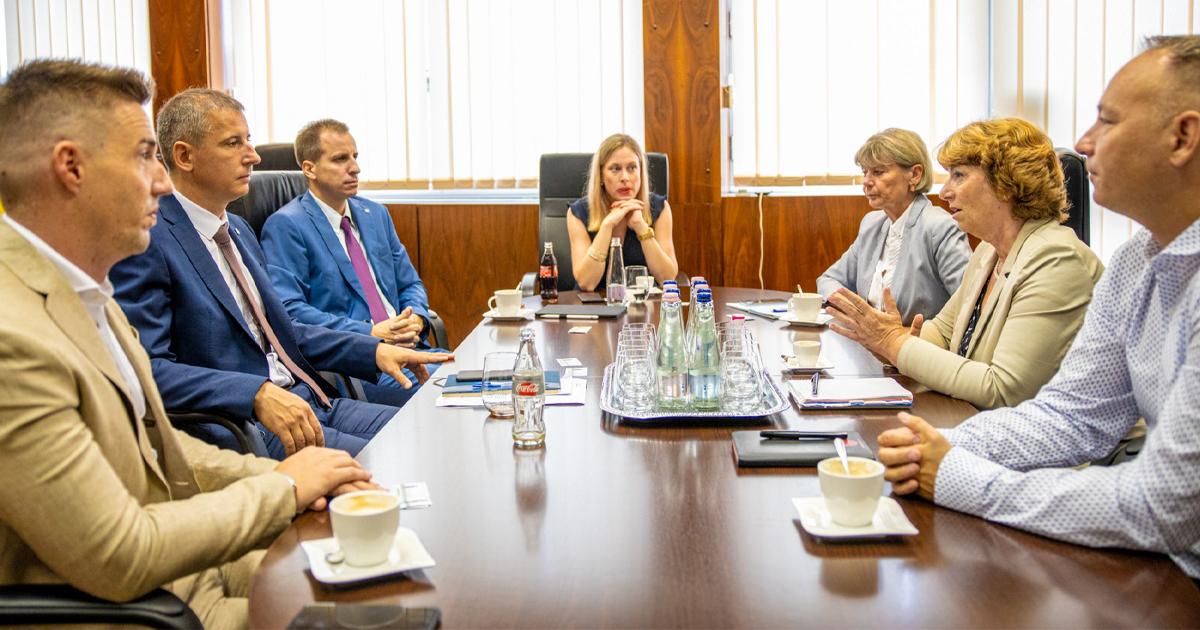 Rendületlen lehet a bizalma Matkovich Ilonának Kiss Zsolt iránt, hiszen együtt járnak tárgyalásokra