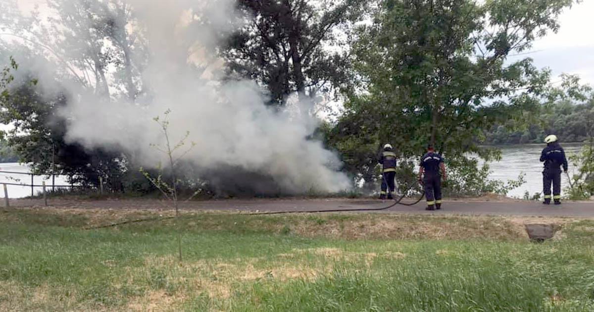 Pénteki tűzeset a kerékpárút mentén – országos tűzgyújtási tilalom – csak lassan fordul a kocka