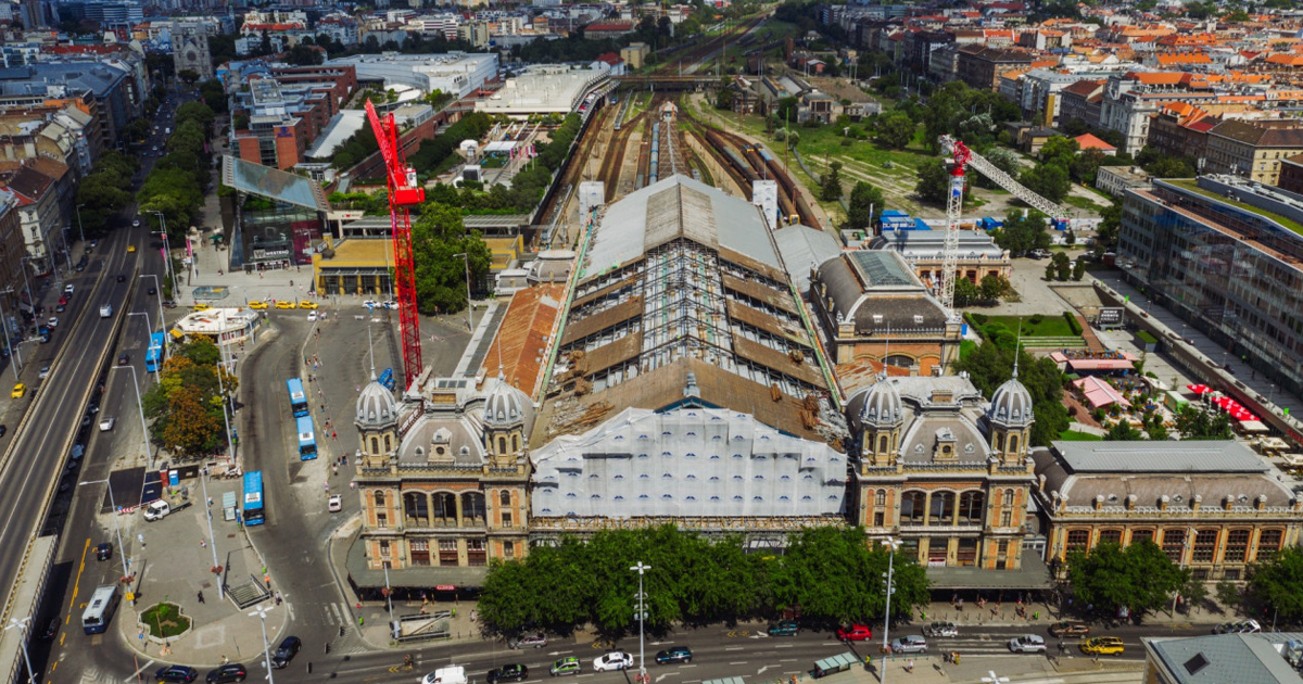 Két daru is dolgozik a 143 éves Nyugati pályaudvar tetőszerkezetének bontásán